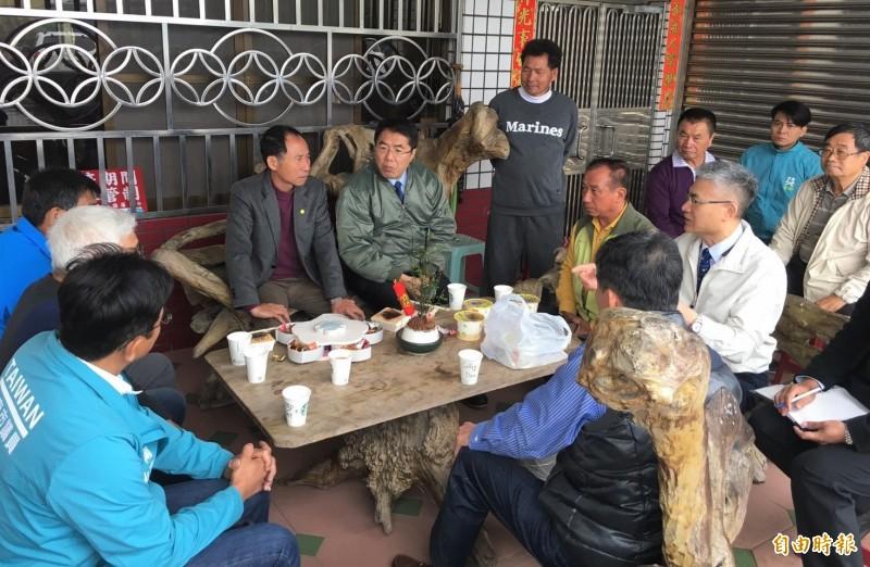台南市長黃偉哲(後右二)今在麻豆與台南市養豬業座談搶救豬價。(記者楊金城翻攝)(記者楊金城攝)