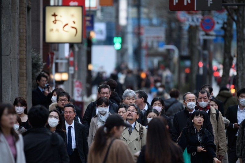 日本愛知縣蒲郡市1名男子確診武漢肺炎,竟出門吃飯並惡意散播病毒,事後餐廳1名女員工確診,當局目前仍在釐清她是否確實是被男子感染。(彭博)