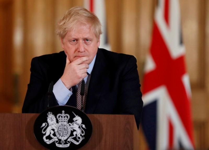 《彭博》分析,英國首相強森(見圖)祭出的最新防疫對策,是需要民眾都染病,藉此獲得群體免疫,進而保護高風險族群。(路透)