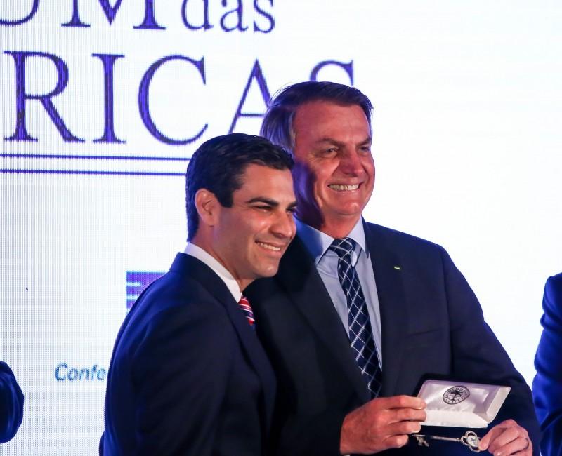 美國邁阿密市長蘇亞雷斯(Francis Suarez,左),曾會晤巴西總統波索納洛(Jair Bolsonaro,右)及其代表團,在巴西使團有人確診武漢肺炎後,蘇亞雷斯如今也驗出病毒陽性。(法新社)