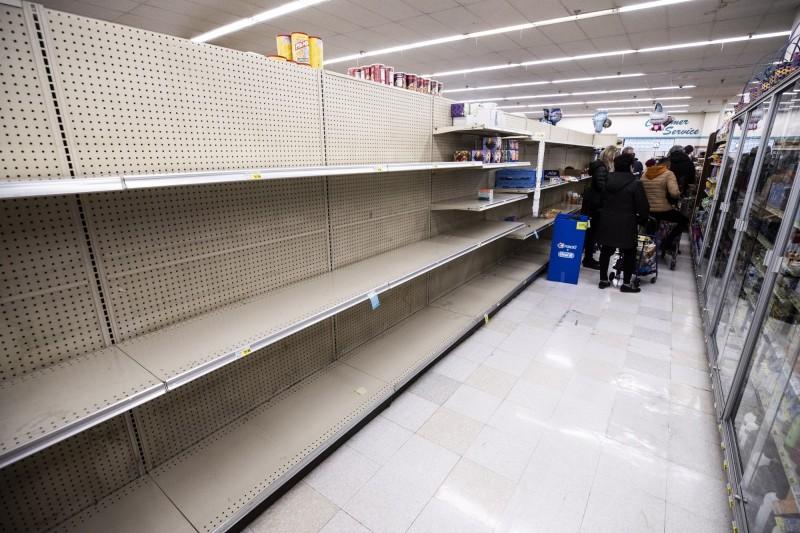 武漢肺炎疫情擴大,加州民眾湧入超市搶購物資。(歐新社)
