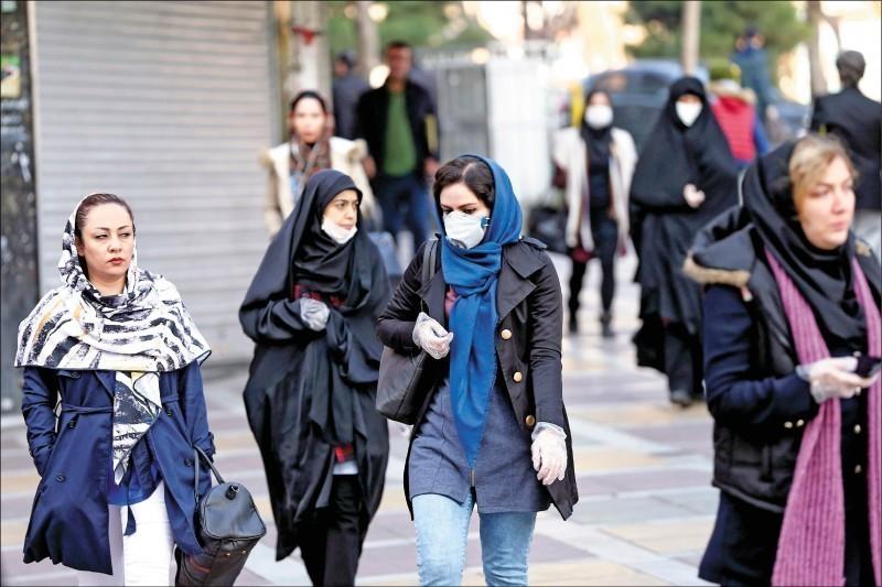 伊斯蘭革命衛隊高級指揮官沙巴尼(Nasser Shabani)因確診武漢肺炎病逝。圖為伊朗人民戴著口罩以防止感染武漢肺炎。(路透)