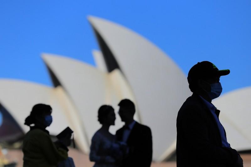 澳洲昆士蘭州首席醫療官珍妮特·楊(Jeannette Young)為該州25%人口、125萬人感染的最壞狀況做好準備;新南威爾斯州首席醫療官錢特(Kerry Chant)則預計新州有20%人口、160萬人會受到感染。(歐新社)