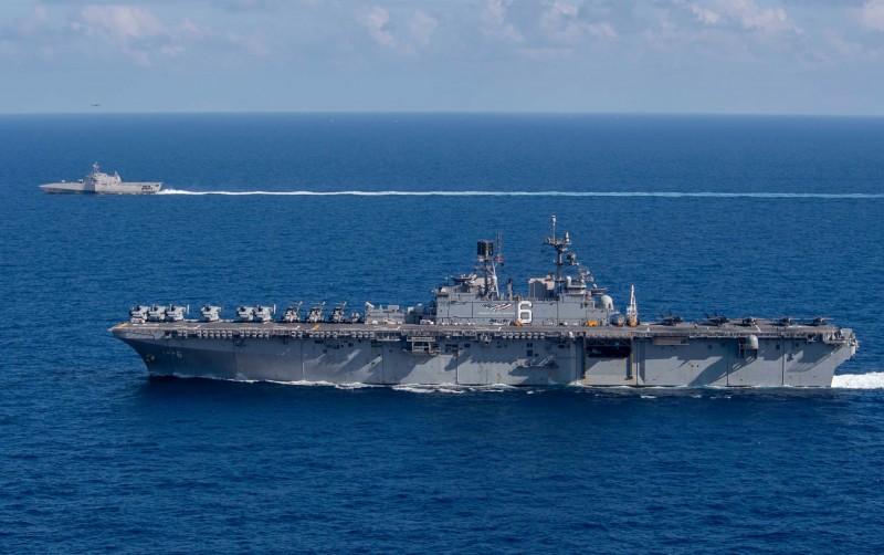美國太平洋艦隊的美利堅號兩棲突擊艦(USS America,前)和嘉貝麗‧吉佛斯號濱海戰鬥艦(USS Gabrielle Giffords)航行南海,中國對此相當緊張。(圖擷自U.S. Pacific Fleet推特)