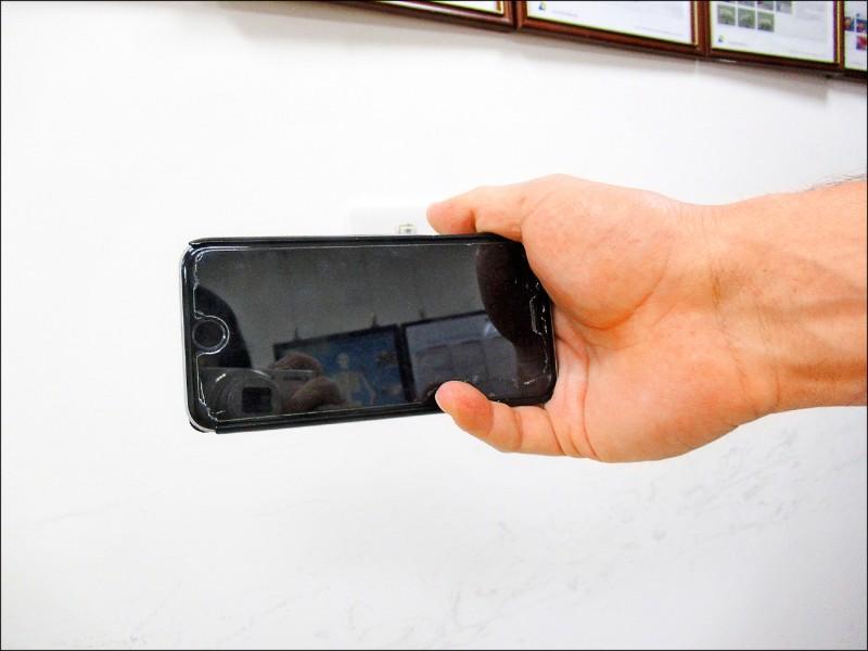 ▲小指頭當手機支架,小心扳機指。(照片提供/胡名賢)