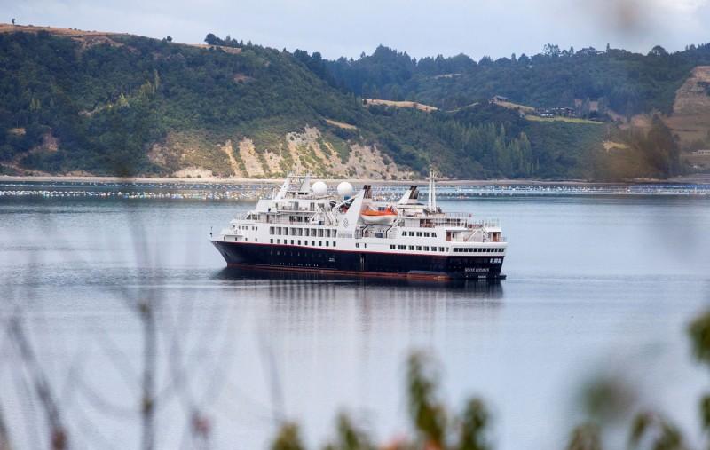 智利下令銀海探險號(Silver Explorer)和精鑽尋蹤號(Azmara Pursuit)停靠南部港外隔離。圖為銀海探險號。(路透)