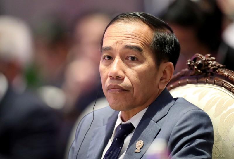 印尼總統佐科威(見圖),因日前曾與確診武漢肺炎的部長開會,今(15)日接受檢疫。(路透)