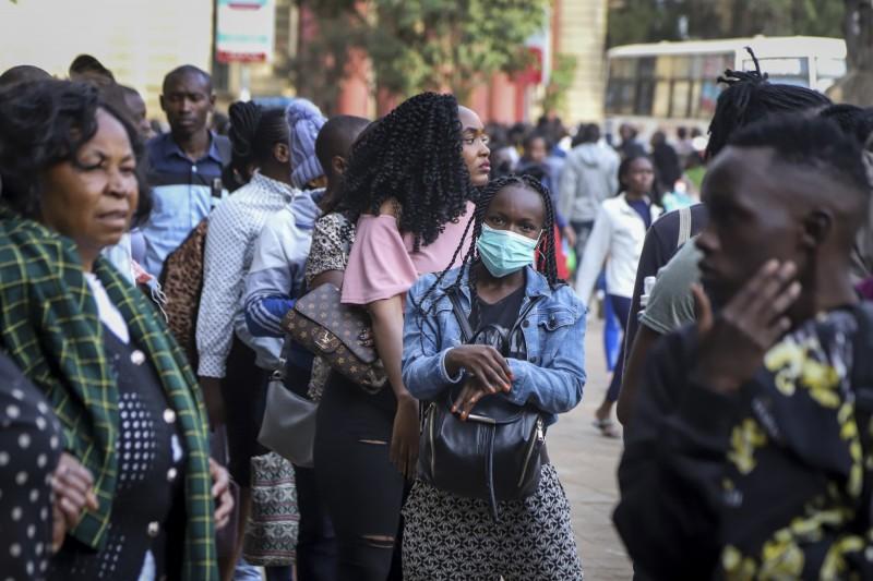 非洲近日多國皆出現了首例確診,紛紛祭出防疫措施。圖為肯亞一名女性走在首都奈洛比的街道上。(美聯社)