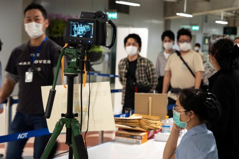 泰國已將台灣移出社區感染名單,國人入境泰國暫無須自我監控。圖為泰國曼谷蘇凡納布機場(Suvarnabhumi Airport)防疫措施。(路透)