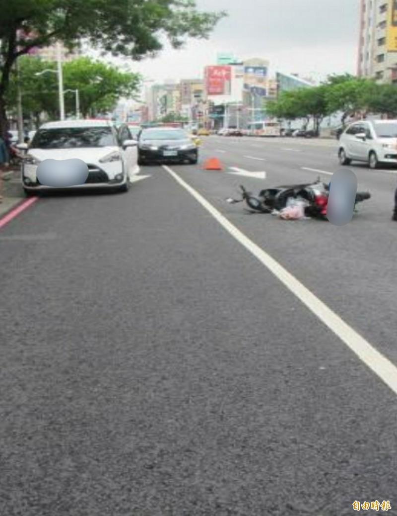 去年五月新興區中山一路有自小車駕駛暫停路邊,開車門準備下車,與左側直行的重機車發生事故,造成重機車騎士重傷不治。(記者陳文嬋攝)