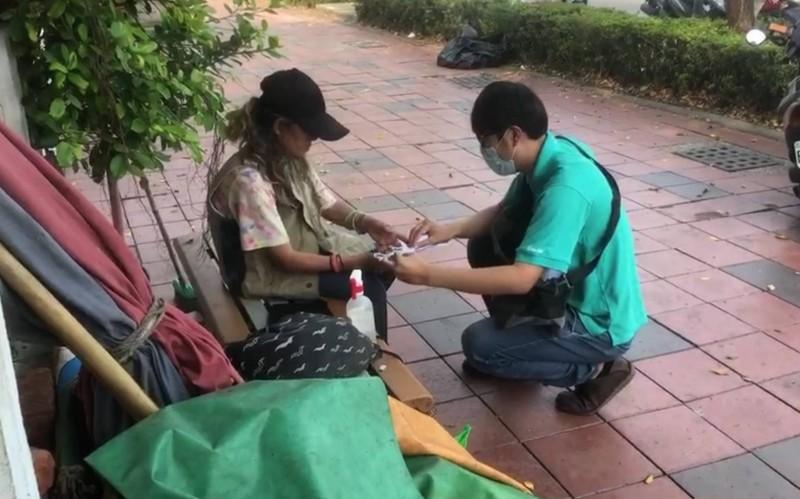 防堵疫情缺口,社會局人員「不定時」、「不定點」巡迴發口罩給街友。(社會局提供)