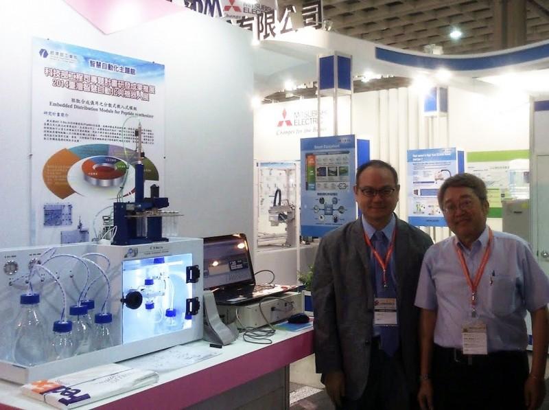 CSBio公司董事長張恆維(右)肯定龍華科大研發能量,並與校長葛自祥合影。(龍華科大提供)