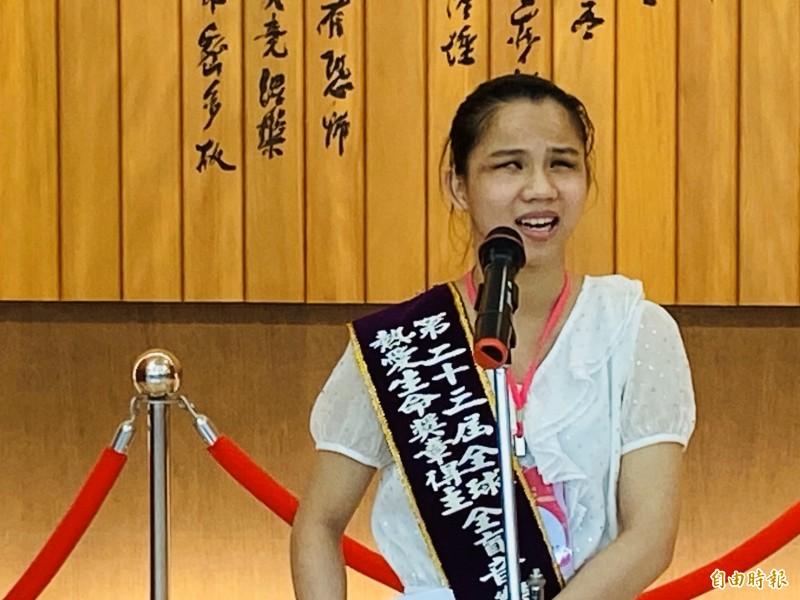 南華大學全盲音樂天使林佩貞獲「全球熱愛生命獎章」。(記者蔡宗勳攝)