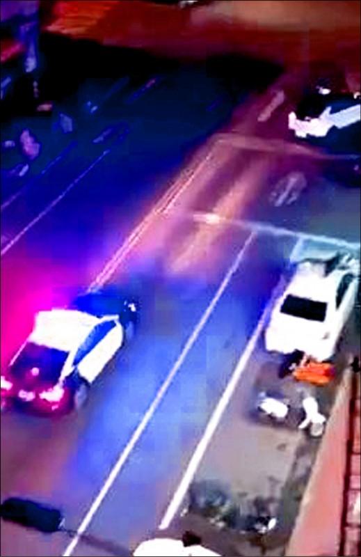 台中一名成姓女子駕車逆向肇事,警方獲報出動5個警網圍捕,女子卻跑給警車追,一路脫序闖紅燈、按喇叭。(翻攝臉書「大里人聊天室」)