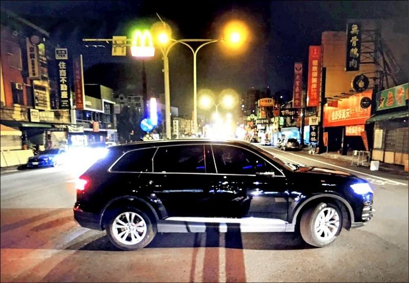 台中一名成姓女子,今天凌晨駕車逆向撞上一輛奧迪轎車,卻肇事逃逸,所幸沒有造成人員傷亡。(記者陳建志翻攝)