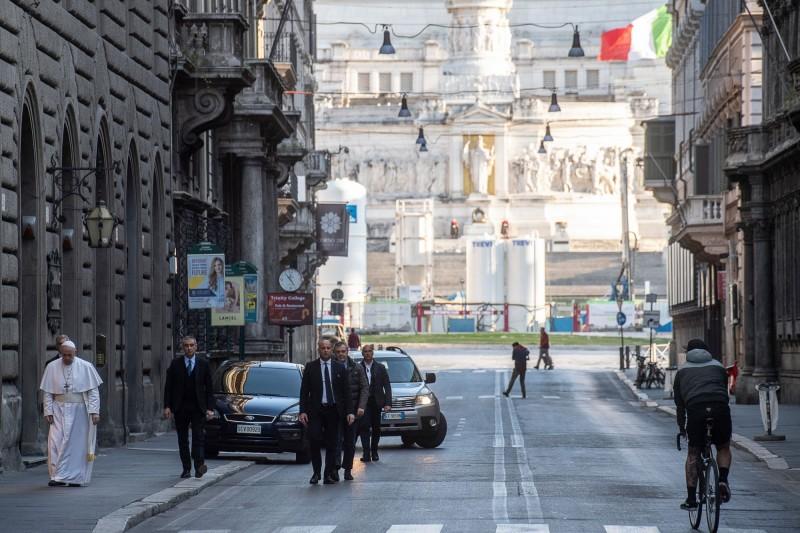 教宗行經科爾索大道,一旁只有隨扈及部分行人。(路透)