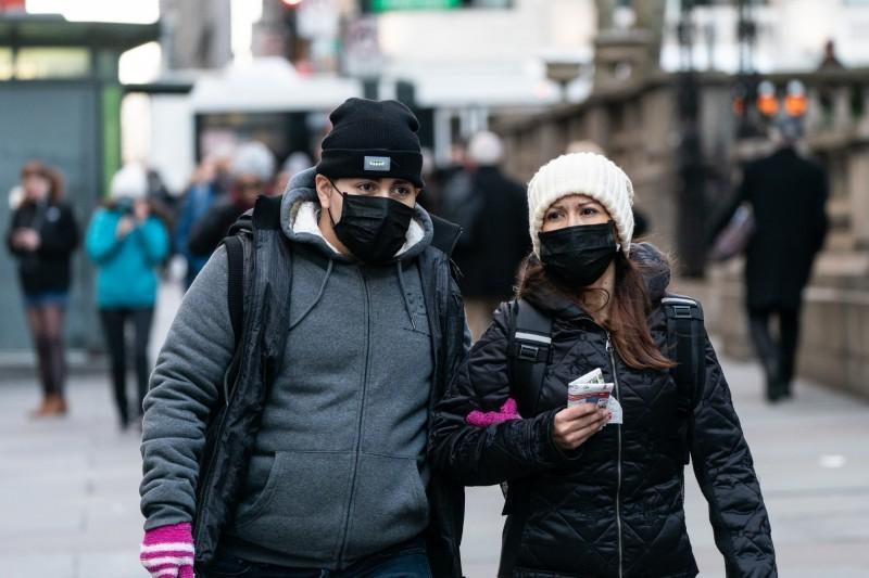 武漢肺炎蔓延全球,美國最新確診人數增長到3482例,死亡人數則增加到65例。圖為美國民眾上街戴口罩,示意圖。(彭博)
