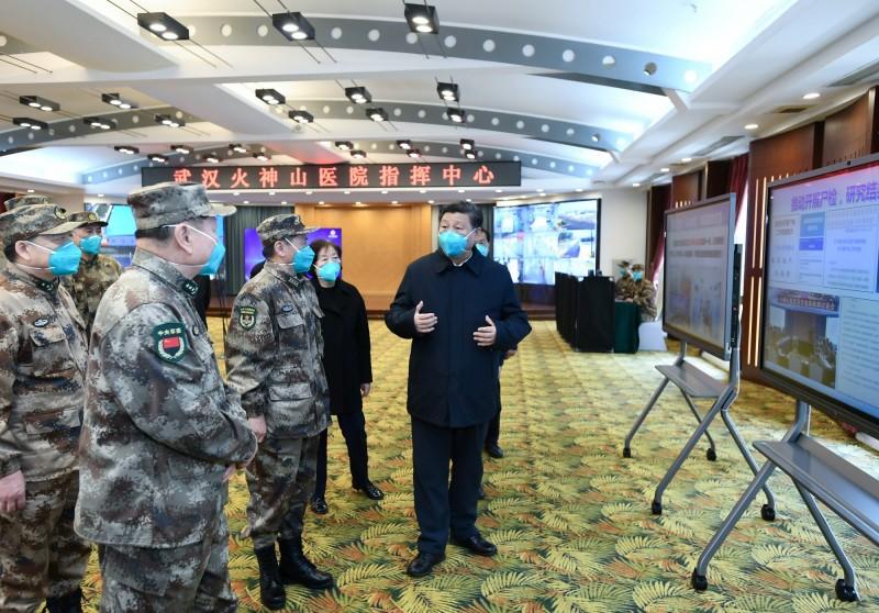 中國近期積極進行大外宣活動,目前甚至宣稱病毒來自美國。圖為中國領導人習近平視察武漢火神山醫院。(路透檔案照)