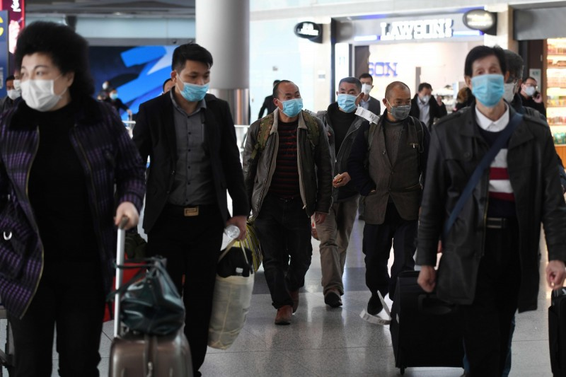 除香港網友外,外媒也在北京首都國際機場拍照大量回國旅客。(法新社)
