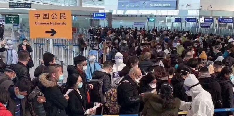 香港網友發現,近日北京首都國際機場出現大量返國中國人。(圖取自香港臉書社團「開掛巴打絲打Facebook Club」)