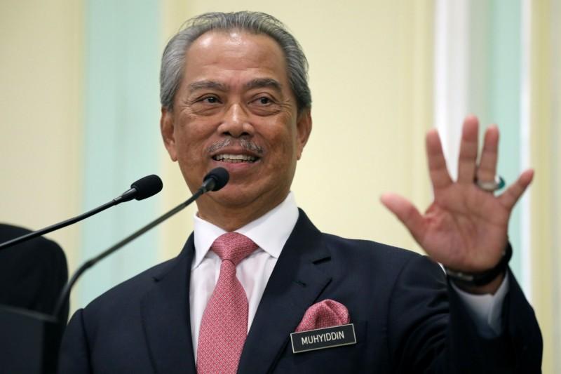 馬來西亞首相慕尤丁(見圖)今(16)日宣布,自18日起全面「鎖國」防疫,禁止外國旅客入境並限制公民出境,並關閉國內販售民生必需品外的所有商店。(路透)