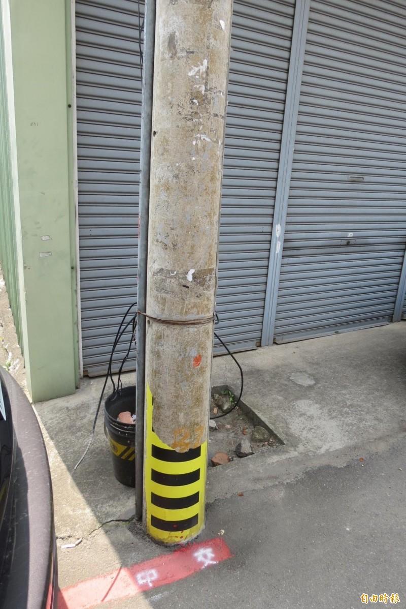 五光里一根有黏在電線桿防汛用的淹水刻度表竟遭到不明人士撕掉,水利志工要求調查。(記者蘇金鳳攝)