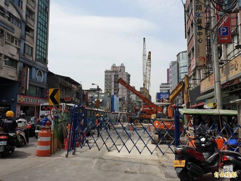興建中的捷運萬大線LG07站,位於中和區錦和連城路口。(記者翁聿煌攝)