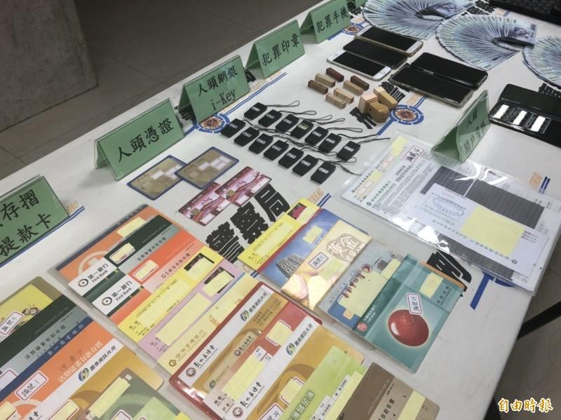 警方查扣銀行帳戶、人頭存摺、工商憑證、私章、存摺、手機、20萬元現金等贓證物。(記者邱俊福攝)