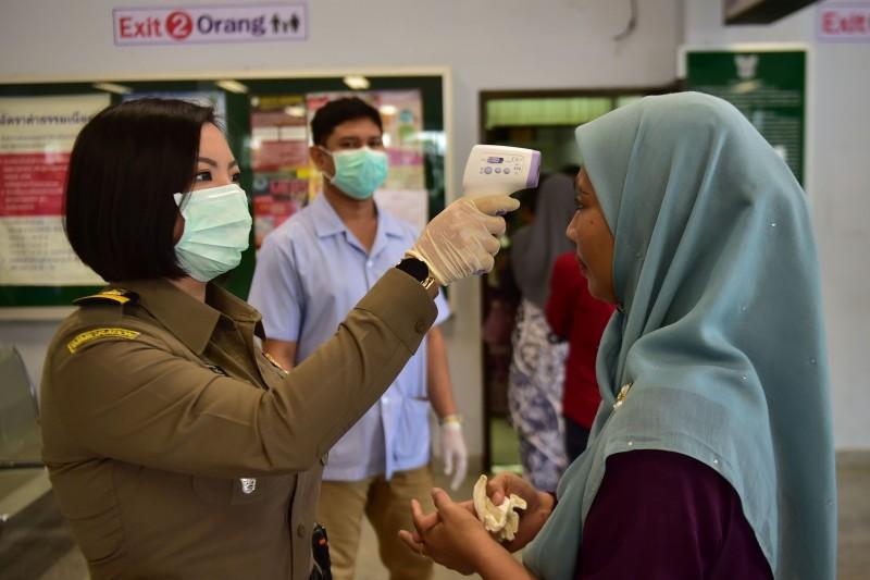 武漢肺炎疫情爆發,東協十國除寮國、緬甸仍死守,剩餘8國昨日確診病例激增,以馬來西亞新增138人最為嚴重。(法新社)