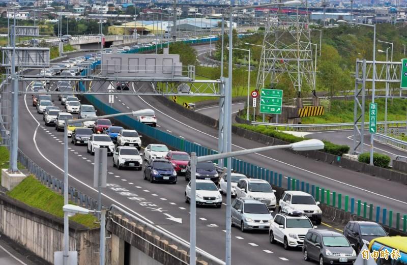 清明連假前2週的週末(3月21日、22日、28日、29日),國道無20公里免費里程,通行費採單一費率再打7折收費。圖為國五。(資料照)