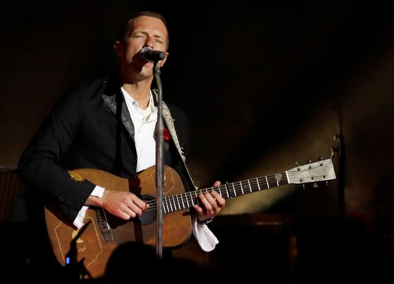 英國天團「酷玩樂團」主唱克里斯·馬汀在Instagram上演唱,並發起「一起在家」活動,要為全球武漢肺炎疫情募款6.75億美元。(路透)