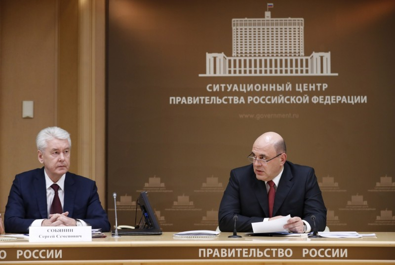 俄羅斯一夜暴增30例確診病例,莫斯科市長索比亞寧(Sergei Sobyanin)(左)和總理米舒斯京(Mikhail Mishustin)(右),分別宣布全市停課、禁50人以上集會和禁止外國人入境、取消全國體育賽事。(歐新社)