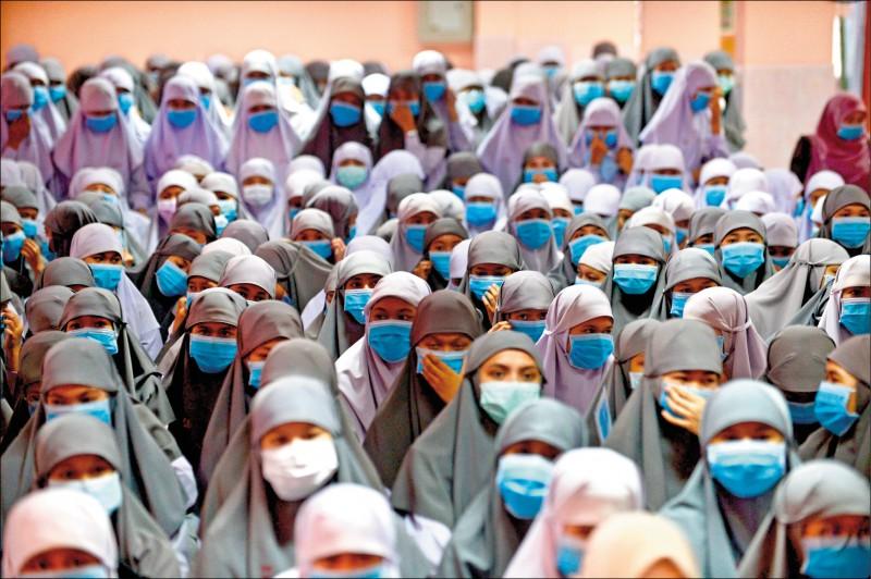 泰國北部那拉提瓦府(Narathiwat,陶公府)一所伊斯蘭學校的學生,全部戴上校方提供的口罩。(法新社)