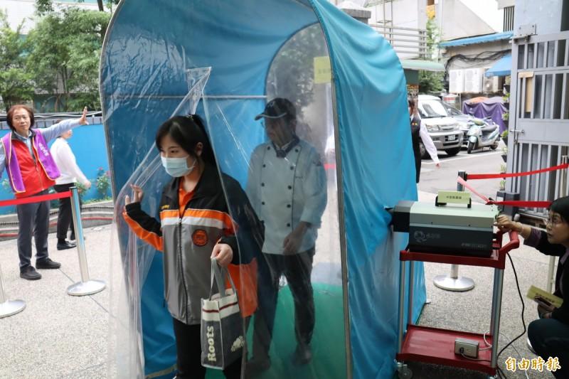 校方裝設「隧道式」奈米鋅氣霧殺菌設備,為師生多一層防護保障。(記者翁聿煌攝)