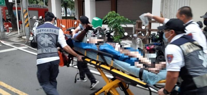 高高市新興區今午接連2件大樓火警,1人受傷被雲梯車救下送醫灌救中。(民眾提供)