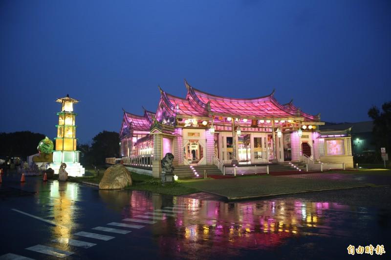 鹿港玻璃廟換上全新燈光,入夜點燈更加迷人。(記者劉曉欣攝)