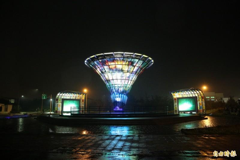 玻璃花燈的宇宙塔,全新燈光秀更璀璨。(記者劉曉欣攝)