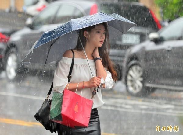 鋒面結構偏弱,雖有降雨空檔,惟低層暖濕導致大氣不穩定度提高,偶有小範圍較大降雨情況。(資料照)