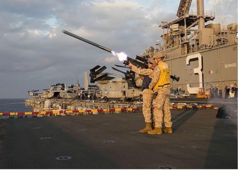 人員攜行式短程防空飛彈(肩射式刺針飛彈),台美已於本月10日簽署採購案。圖為美軍在艦艇上進行肩射式刺針飛的射擊訓練。(圖擷取自美國海軍網站)