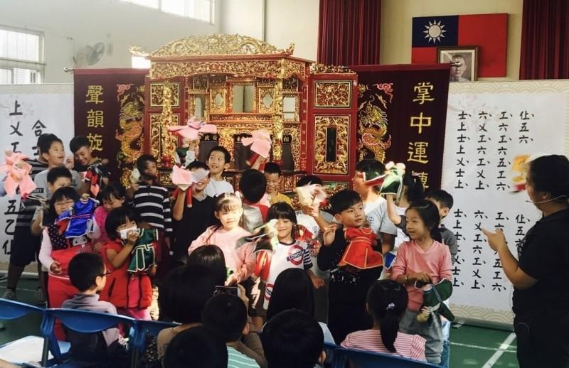 有些學校透過「偶劇團」互動表演認識閩南文化特色,也增進對本土語言的興趣,在國小特別受歡迎。(資料照,桃園市府教育局提供)