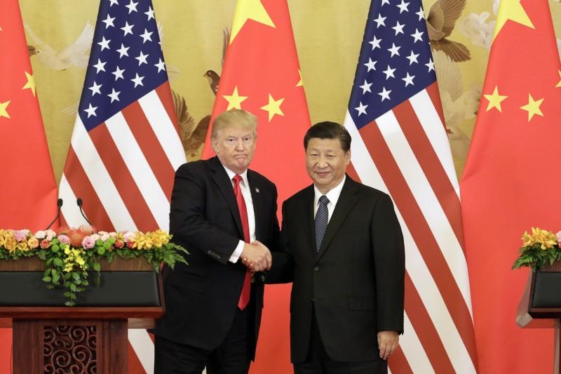 中國今日凌晨下令要求《紐約時報》、《華爾街日報》、《華盛頓郵報》等3間美媒的記者,之後將不得在中國境內從事記者工作。圖為美國總統川普(左)與中國國主席習近平。(彭博)