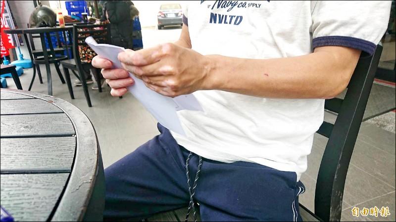 老雞頭「阿華」說,他決定轉行當Uber Eats外送員。(記者王捷攝)
