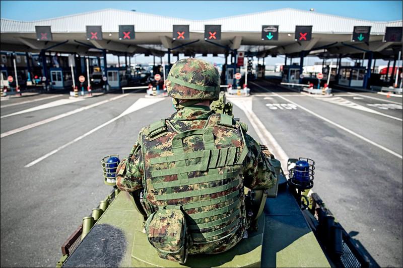 塞爾維亞軍人十八日在塞國與克羅埃西亞邊界巡邏,防堵武漢肺炎疫情擴散。(路透)