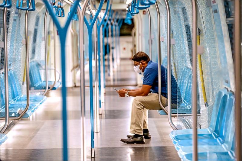 馬來西亞十八日啟動「行動限制令」,首都吉隆坡的火車在當天尖峰時刻異常冷清。(歐新社)