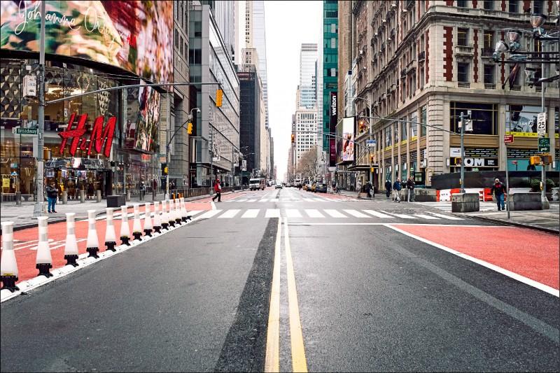 受武漢肺炎疫情籠罩的紐約市街頭,一如全美和全球多個城市,祭出停課、禁止人群聚集活動等措施,以降低疫情散播,平日街頭車水馬龍的第四十二街十七日一片空蕩蕩。(歐新社)