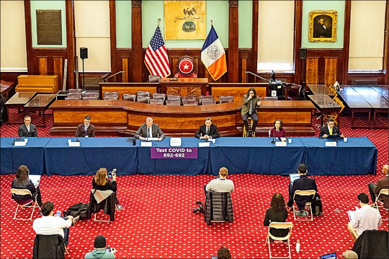 紐約市政府十七日的疫情記者會,採訪記者每人之間保持六英尺(一.八公尺)距離。(路透)