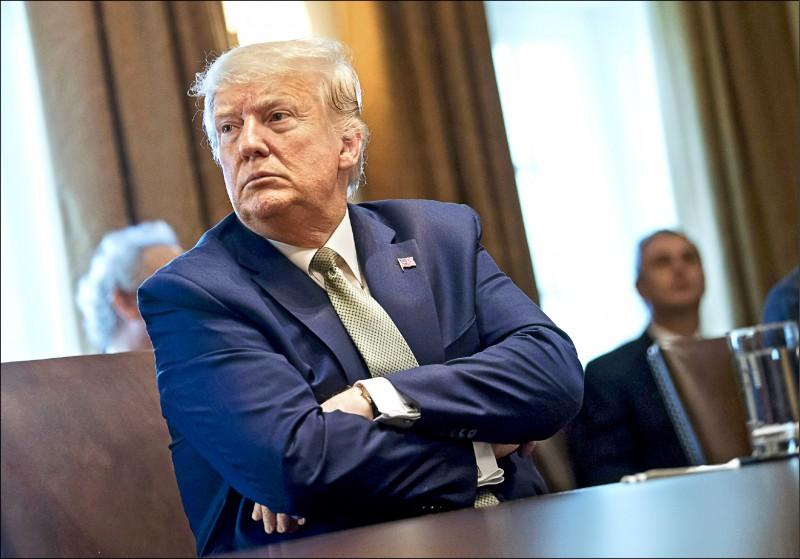美國總統川普十七日在白宮與旅遊業主管開會,商討武漢肺炎疫情的紓困方案。(彭博)