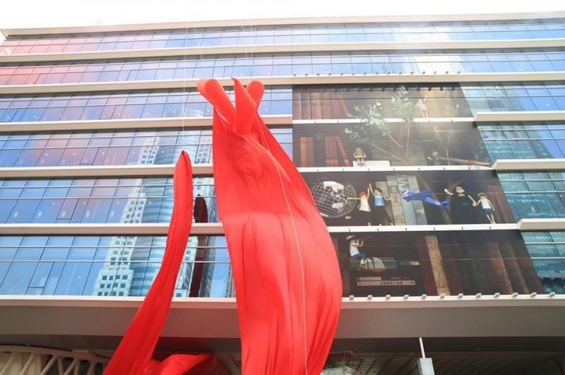 2014年底高雄市圖書館新總館落成時,新總館開幕外牆的大幅平面玻貼也是陳彥安作品。(記者王榮祥翻攝)