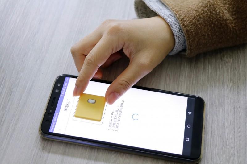 陽明育成中心底下的企業愛微科研發出「智慧體溫貼片」,可24小時監控體溫,發燒將即時回傳數據通知。(陽明大學提供)