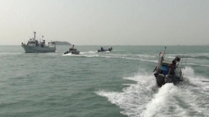 金門海巡隊派出船艇驅離越界中國船隻。(圖由金門海巡隊提供)